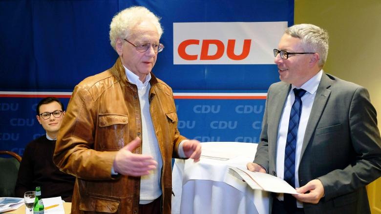 Manfred Kusch wird für 50 Jahre Mitgliedschaft geehrt