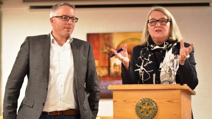 Bildungs-Staatssekretärin Dr. Dorit Stenke und Kreisvorsitzender Arne Rüstemeier