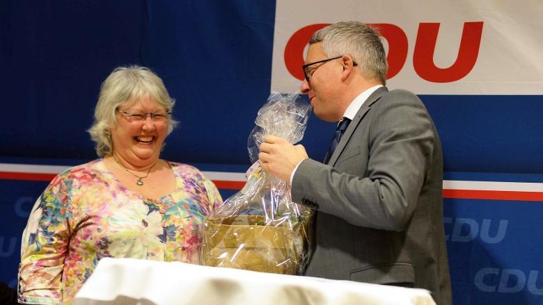 Arne Rüstemeier dankt Silvia Fuhrig für ihre langjährige hauptamtliche Tätigkeit für die CDU