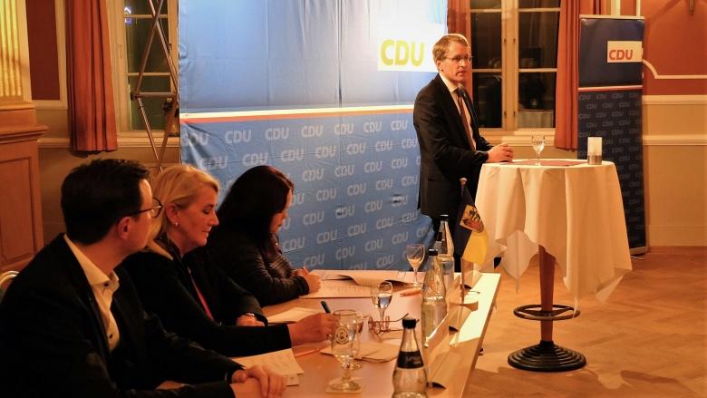Das Tagungspräsidium mit Daniel Günther
