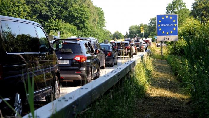 Rückstau an der B200 vor dem Grenzübergang Kruså - schon ohne Baumaßnahmen.