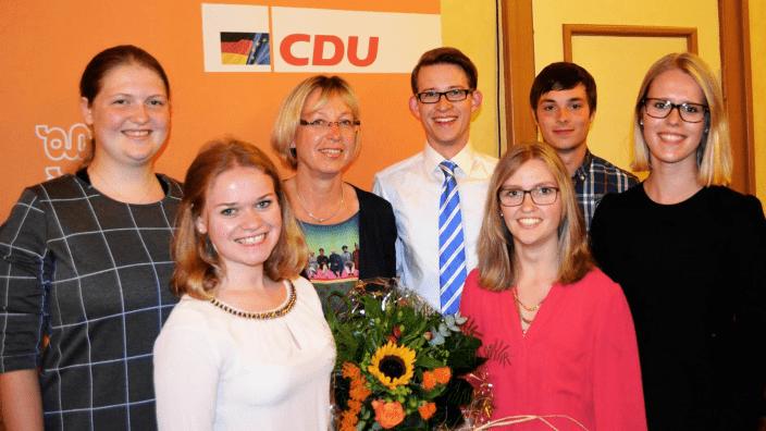 Mitglieder der Jungen Union mit der Kandidatin Petra Nicolaisen